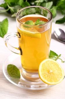 Tazza di tè caldo alla menta