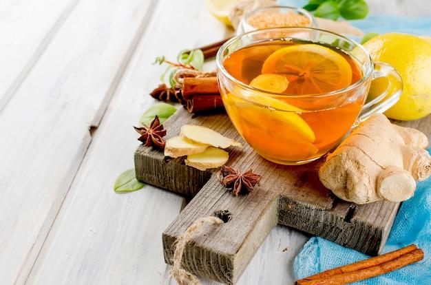 Tazza di tè caldo con limone e zenzero