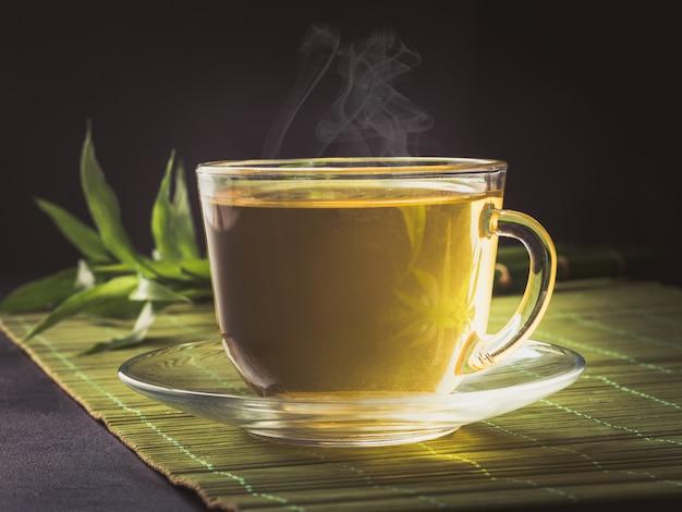 Tazza di tè caldo su oscurità