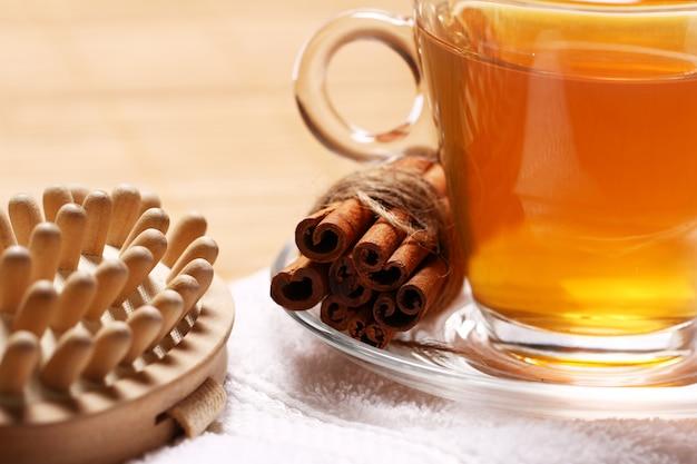 Tazza di tè caldo sull'asciugamano