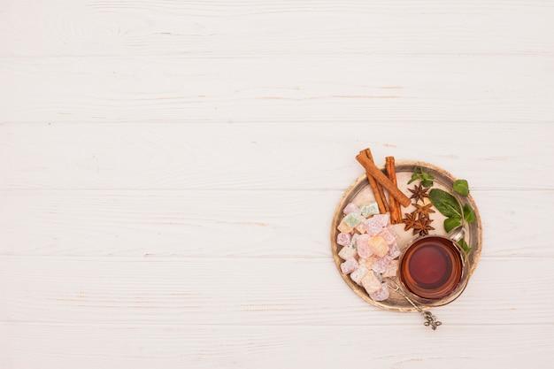 Tazza di tè con delizia turca e cannella