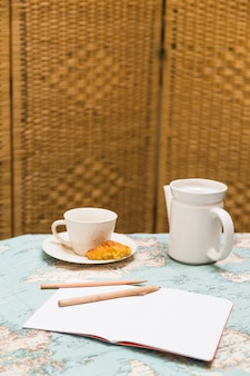 Tazza di tè con elementi teiera e colazione