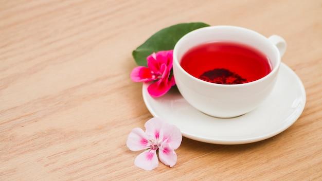 Tazza di tè con fiori