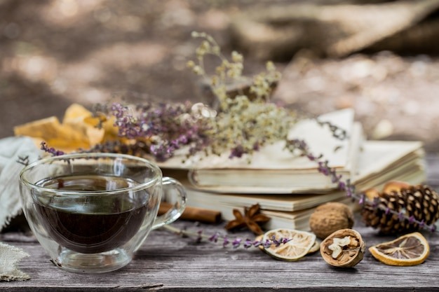 Tazza di tè con foglie d'autunno