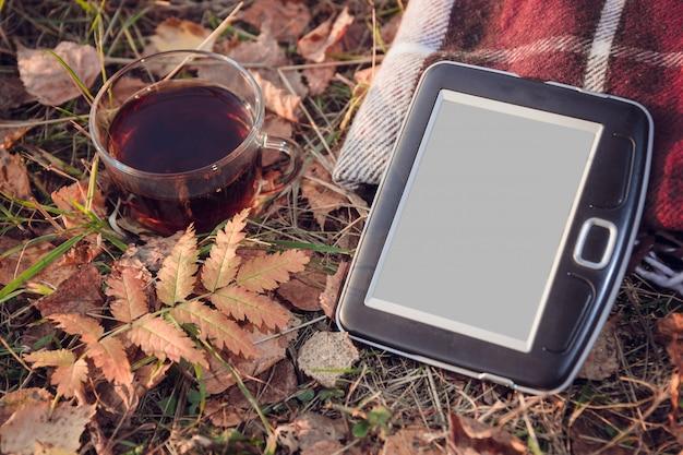 Tazza di tè con foglie di autunno