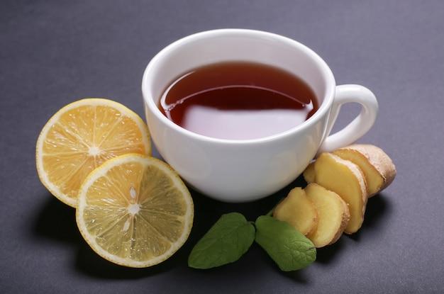 Tazza di tè con ingredienti