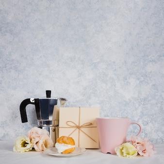 Tazza di tè con pasticceria