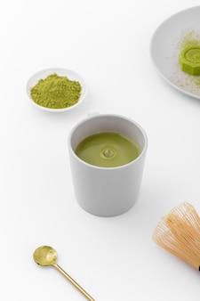 Tazza di tè di matcha del primo piano sul tavolo