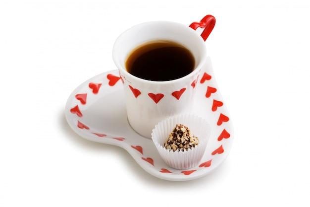 Tazza di tè e dolci isolati su spazio bianco