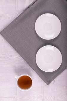Tazza di tè e due piattini