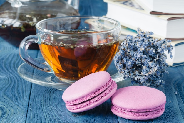 Tazza di tè e fiori di lavanda su un vecchio fondo di legno