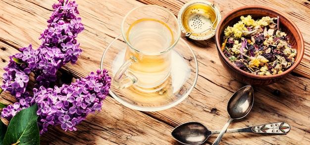 Tazza di tè e fiori lilla