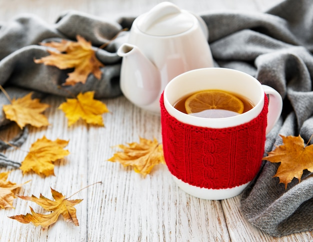 Tazza di tè e foglie d'autunno