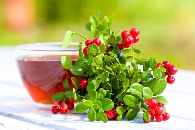 Tazza di tè e frutti di bosco sul tavolo