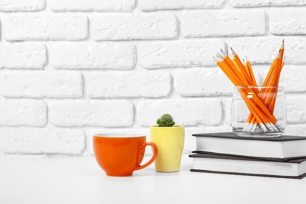 Tazza di tè e libri sul tavolo