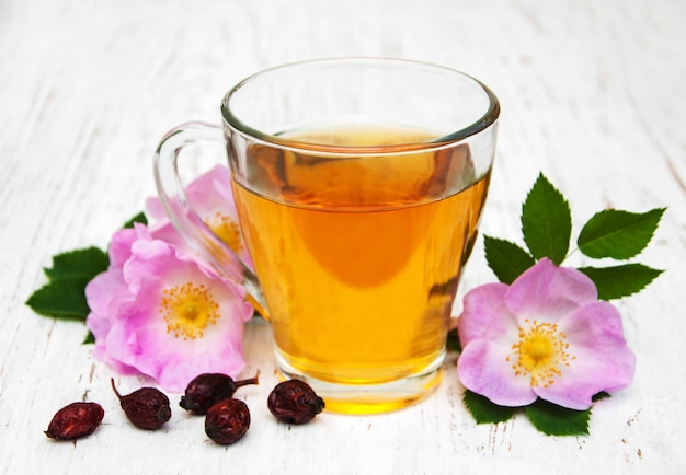 Tazza di tè e rosa canina