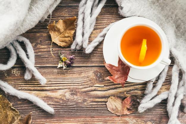 Tazza di tè e sciarpa sul tavolo