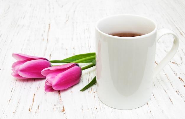 Tazza di tè e tulipani rosa