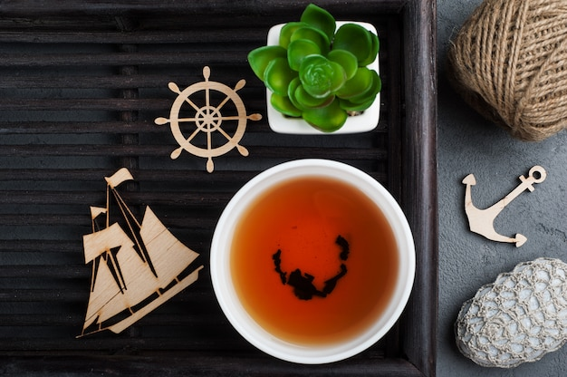 Tazza di tè nero e ciottoli all'uncinetto