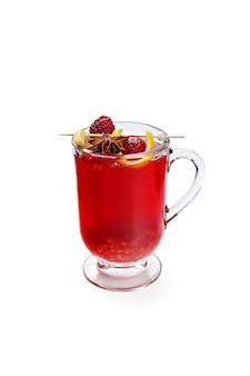 Tazza di tè stagionale dell'aroma isolata su fondo bianco