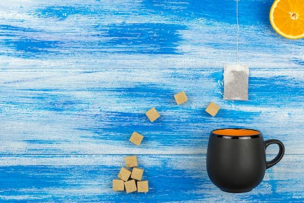 Tazza di tè su sfondo blu