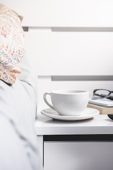 Tazza di tè sul comodino. stile di vita.