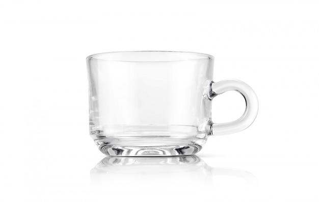 Tazza di tè trasparente isolata su fondo bianco