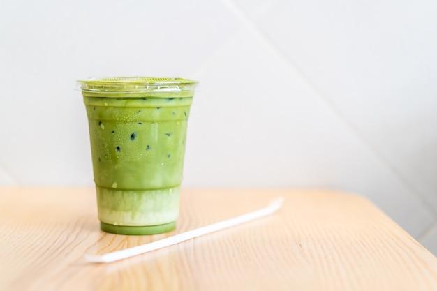 Tazza di tè verde matcha latte ghiacciato