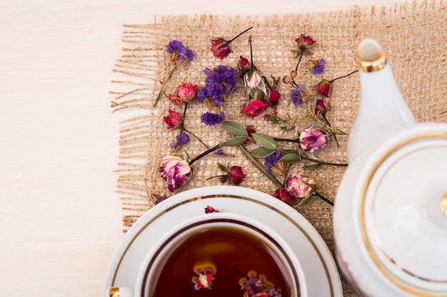 Tazza di tè vintage con boccioli di rose