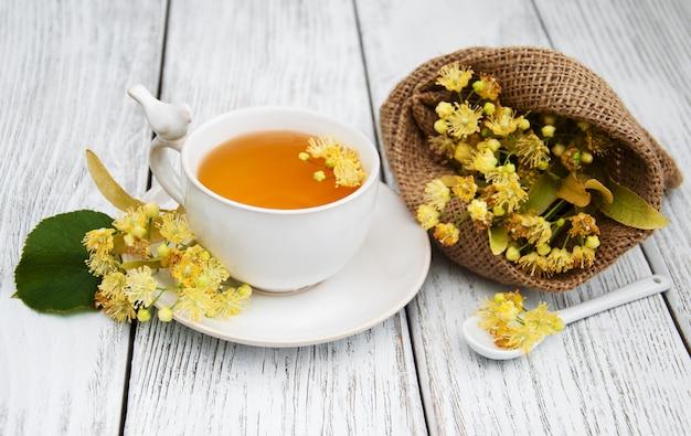 Tazza di tisana con fiori di tiglio
