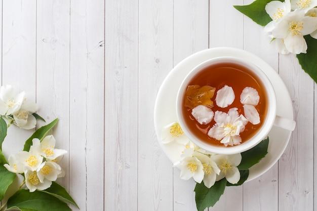 Tazza di tisana con petali di fiori di gelsomino