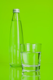 Tazza di vetro di acqua minerale su verde