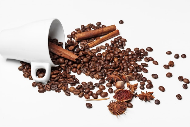 Tazza e fagioli di caffè su una priorità bassa bianca