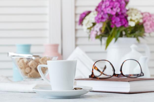 Tazza e piatto di caffè in stile shabby chic