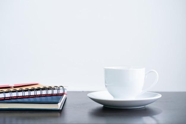 Tazza e taccuino di caffè sullo scrittorio