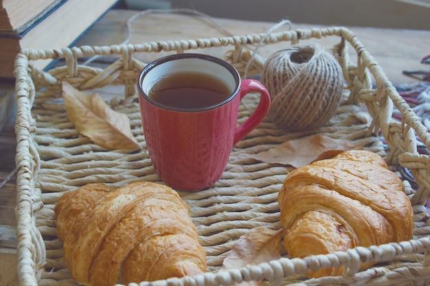 Tazza francese della composizione nella prima colazione francese di umore di autunno di tè e dei croissant