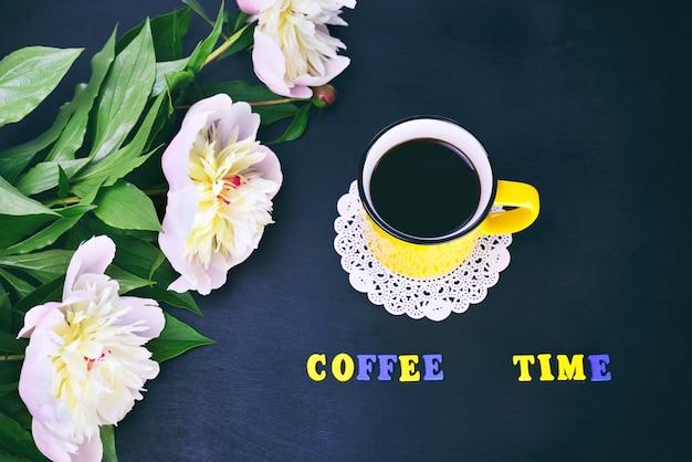 Tazza gialla con caffè
