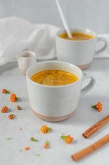 Tazza in ceramica bianca con liquido marrone
