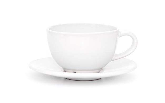 Tazza o tazza di ceramica bianca con una ciotola isolata