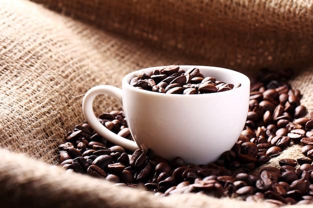 Tazza piena di chicchi di caffè