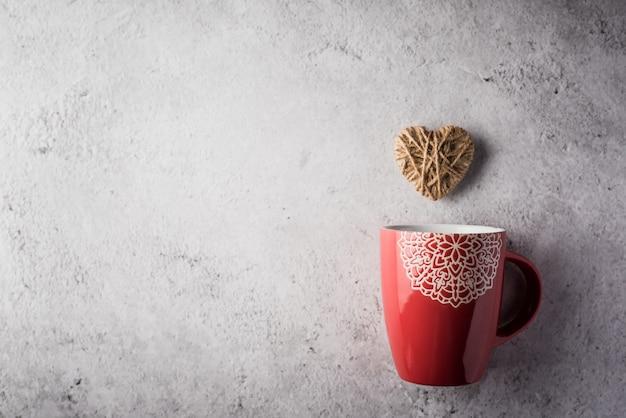 Tazza rossa con cuore, concetto di san valentino