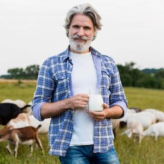 Tazza senior della holding del ritratto con latte
