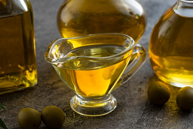 Tazza sveglia del primo piano riempita di olio d'oliva