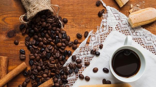 Tazza vicino a chicchi di caffè