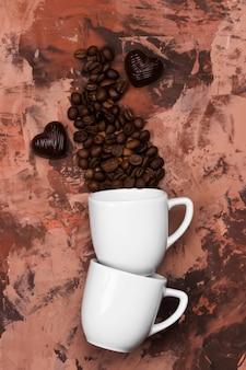 Tazze bianche per espresso riempite con chicchi di caffè. vista dall'alto. sfondo di cibo.