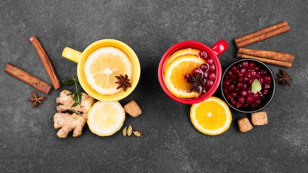 Tazze con aroma di frutti di tè