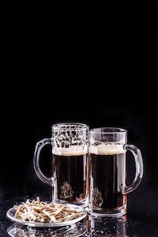 Tazze con birra e acciughe
