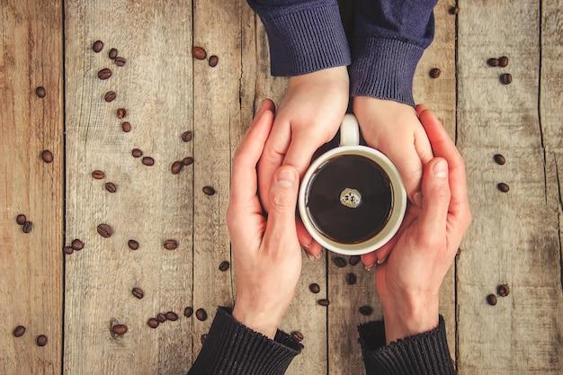 Tazze con un caffè. messa a fuoco selettiva bere.