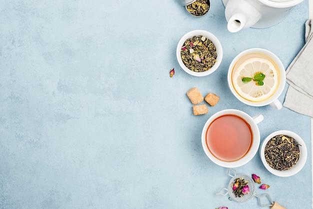 Tazze copia-spazio con tè
