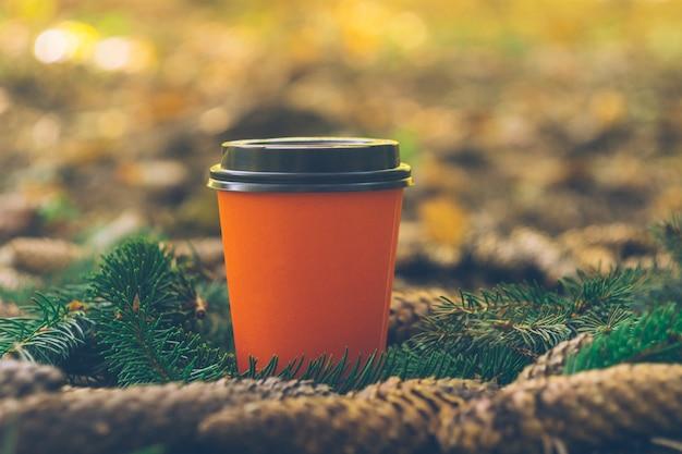 Tazze da asporto del caffè in una foresta. caffè all'aperto